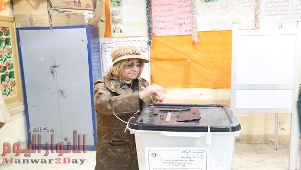 بالصور .. مصرية مقيمة بكندا تدلي بصوتها فى الاستفتاء بالسويس