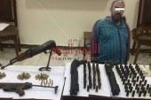 مباحث مركز شرطة الحامول بكفر الشيخ بالتنسيق مع الأمن العام تنجح فى ضبط أحد العناصر الإجرامية لقيامه بالإتجار فى الأسلحة النارية والذخائر غير المرخصة.. وبحوزته 5 قطع أسلحة نارية و165طلقة نارية وخرطوش